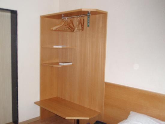 Mini Kühlschrank Für Schreibtisch : Schreibtisch fernseher minikühlschrank bild von hotel euler haus