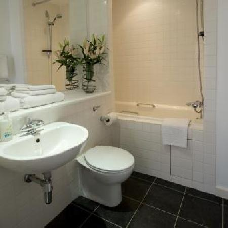Stay Deansgate Apartments : Modern bathrooms