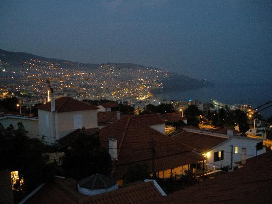 The Flame Tree Madeira: Aussicht von der Sonnenterrasse bei Nacht