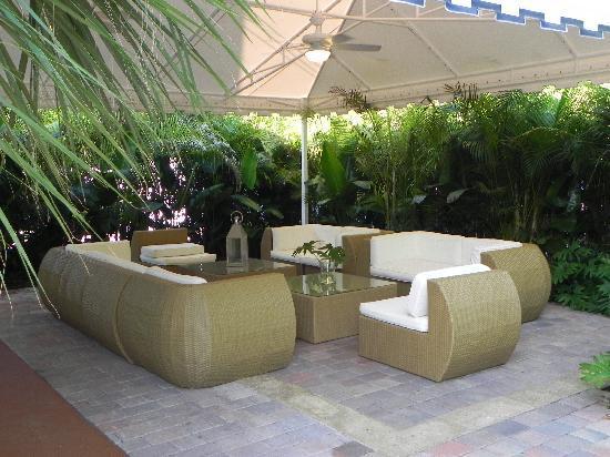 Ocean Lodge: Sitting area by pool.