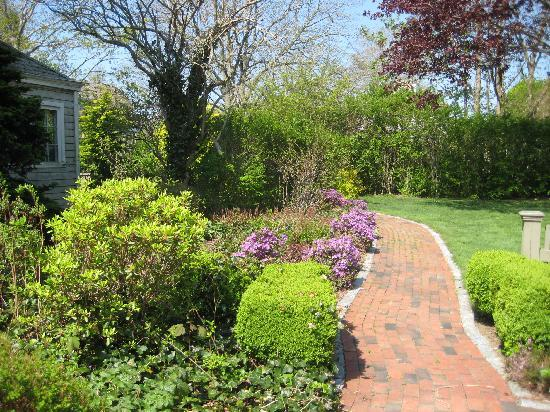 Tower House B&B: Follow the red brick road