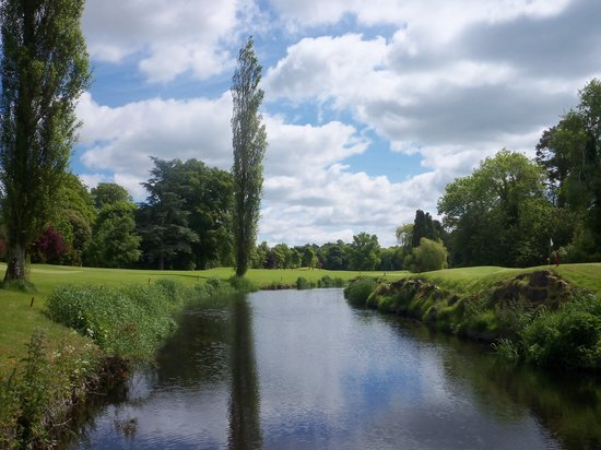 Straffan, Ierland: golf course & liffey