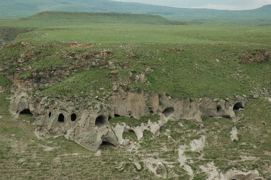 Kars, Tyrkia: 5000 year old cave dwellings on Armenian side