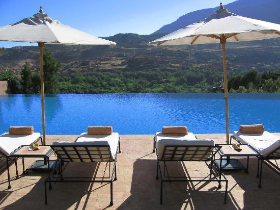 Kasbah Tamadot: View from sunloungers over the infinity pool