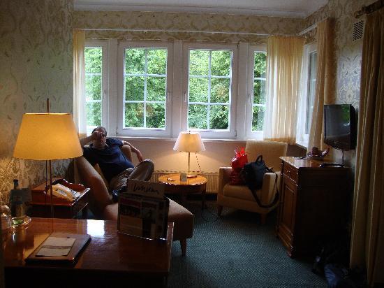 Romantik Hotel Hof Zur Linde: Nice lounge area, maybe I should have slept on this sofa :-)
