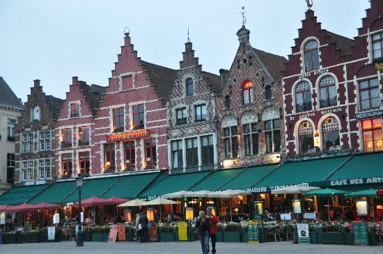 Bélgica: La Plaza del Mercado, de noche,  Brujas