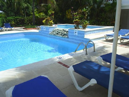 Hotel Celuisma Cabarete: pool looking to hot tub