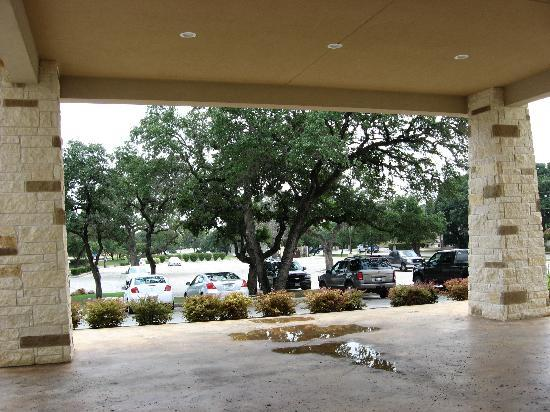Comfort Suites San Antonio North - Stone Oak: The Parking area has beautiful big oaks