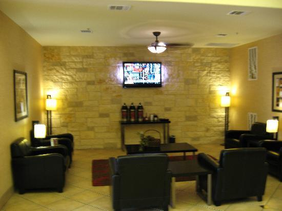 Comfort Suites San Antonio North Stone Oak: Coffee in the Lobby Area