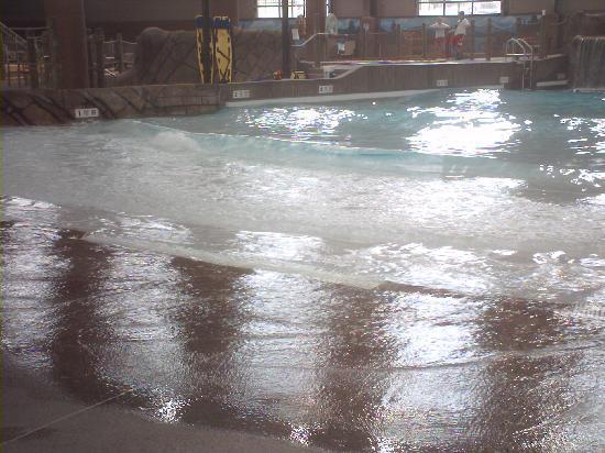 Hope Lake Lodge & Conference Center: Wave Pool inside.