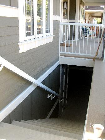 Fitzhugh House : Stairs/separate entrance to the basement