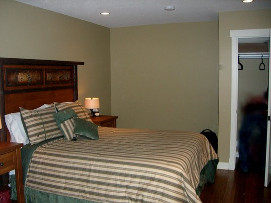 Fitzhugh House : queen size bed and built-in wardrobe
