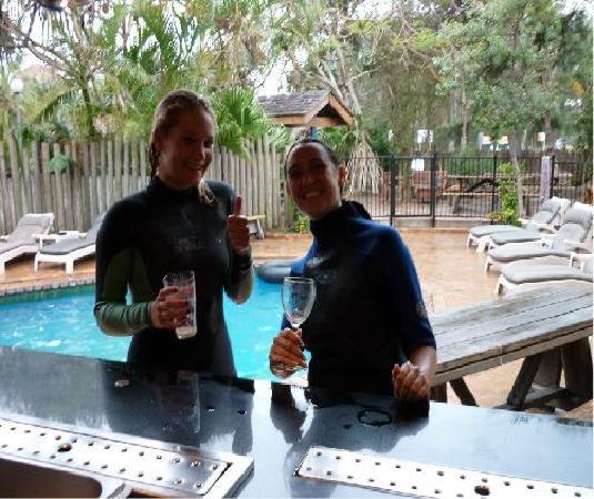 Aquarius Backpackers Motel: Me and joe by the pool bar after a dive