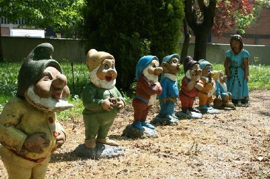 Hotel Pamela: Snow white and her dwarfs in the garden
