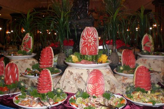 Hotel Riu Palace Macao: Melon carvings in the restaurant