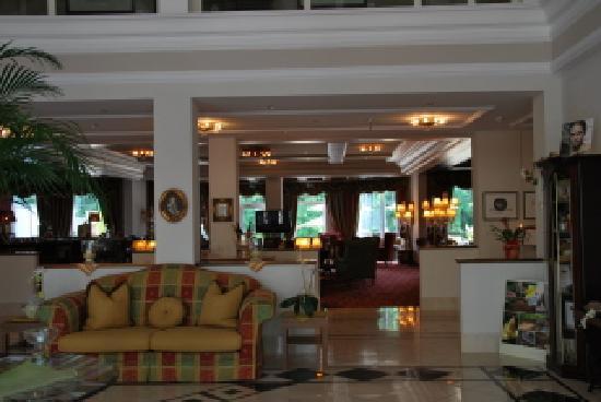 Grand Hotel Lienz : La reception e il bar