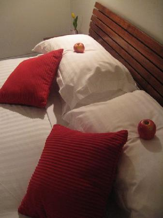 Two Four Two Boutique Apartments: Comfy bed & Lovely touch with the apples
