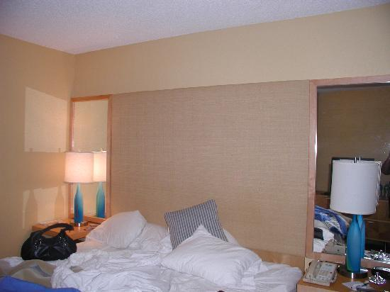 La Quinta Inn & Suites Plantation at SW 6th St: The room decor (sorry just woke up from shopping)