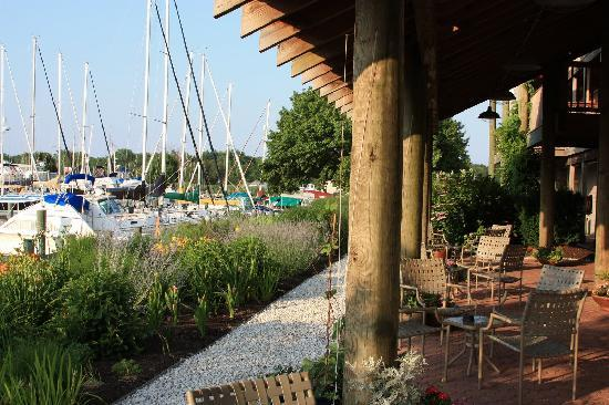 Knapp's Narrows Marina & Inn: Patio area faceing the marina