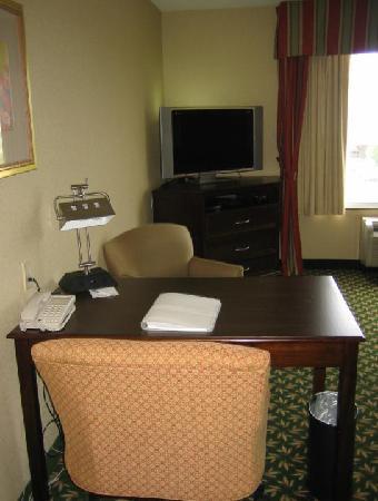 Hampton Inn by Hilton London : Desk Area