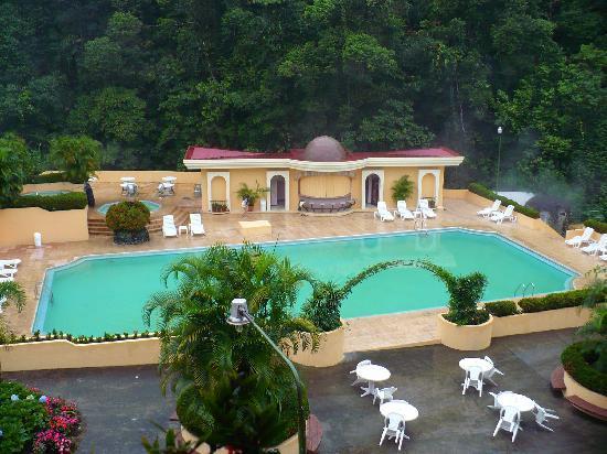 El Tucano Resort & Thermal Spa: Área de la piscina, el sauna y los jacuzzis