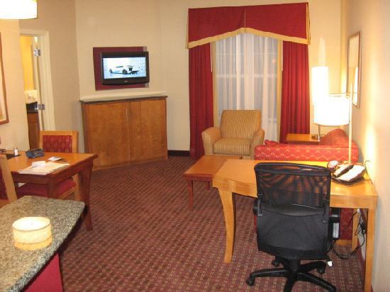 Residence Inn Bridgewater Branchburg: Living room area & desk