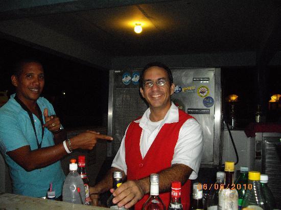 Club Amigo Carisol Los Corales: notre serveur super classe au bar de la piscine