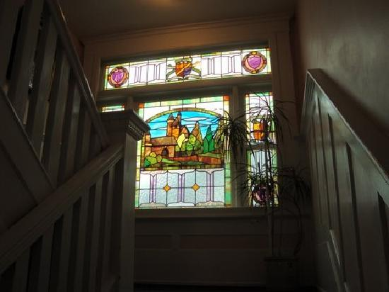 Windsor Guest House: Original stained glass on the landing