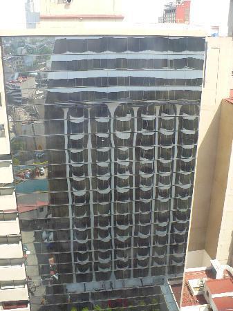 Hotel Century Zona Rosa México: Reflejo del hotel desde el edificio de enfrente