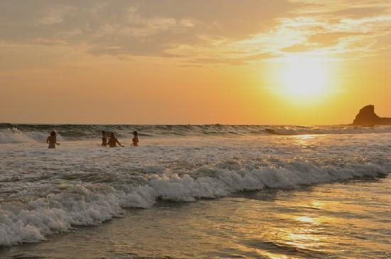 Playa Maderas, Nikaragua: Swimming at sunset