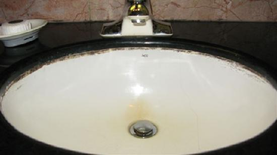 Surf Plaza Resort Hotel : disgusting basin