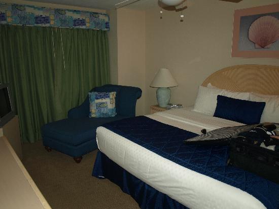 Polynesian Isles Resort: nice size master bedroom