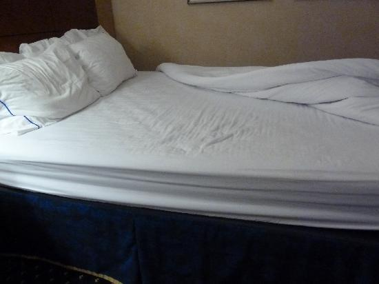 Courtyard by Marriott Hartford Windsor: Bed, sagging in midle