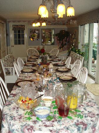 Butler Creek Hot Tubs and Suites Bed and Breakfast: Spectacular Breakfast Table