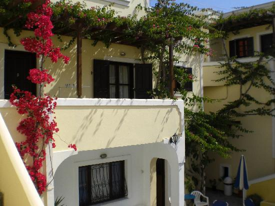 Antonia Hotel Santorini: behind the hotel