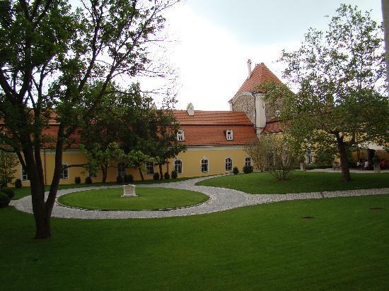 Hotel Château Béla: center courtyard