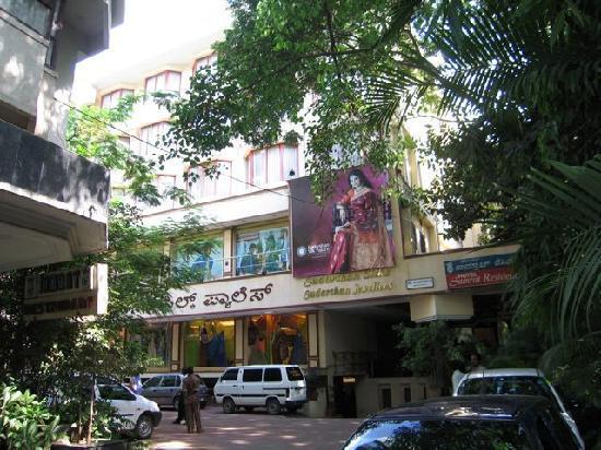 Hotel Samrat Residency: turn to inner courtyard parking