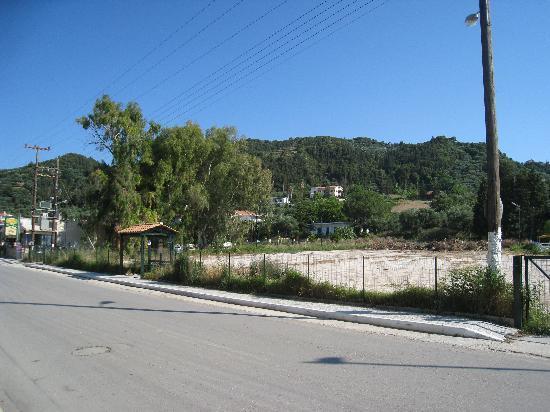 Chryssi Akti Hotel: Hotellet ligger i udkanten af byen