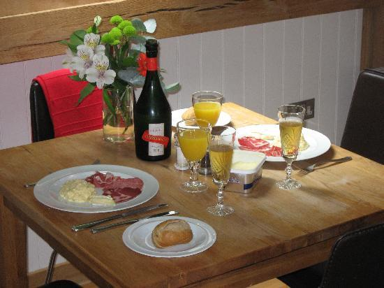 Gitcombe House Country Cottages: Our first breakfast at Gitcombe