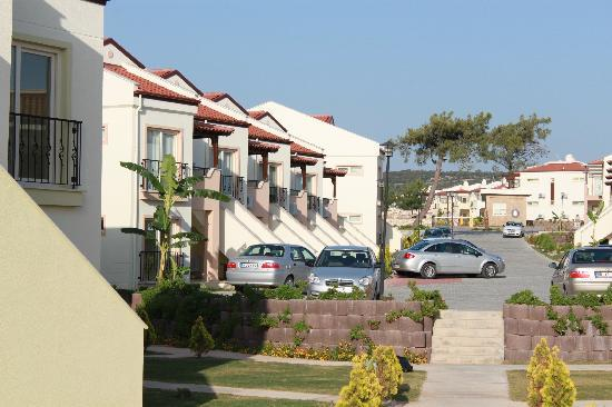 Milas, ตุรกี: Front of apartments with ample parking space