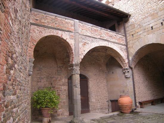 Castello di Mugnana B&B : Cortile interno
