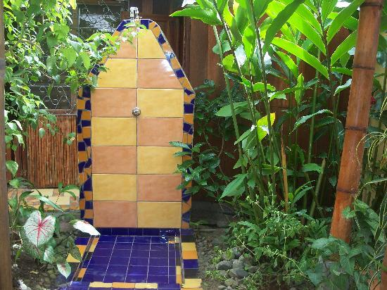 Jacaranda Hotel and Jungle Garden: One of the outdoor showers for washing off beach sand