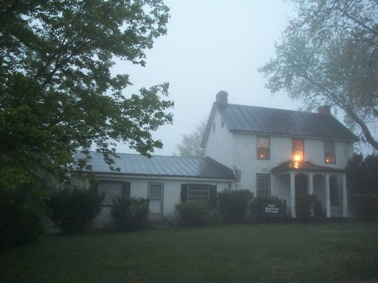 The Haunted Cottage / Booth House: Front of the house (foggy night)