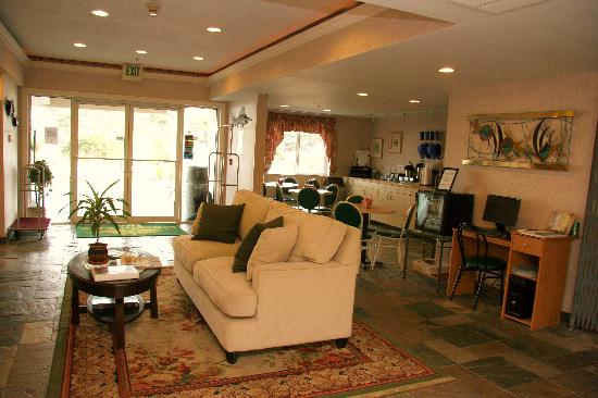 Inn at Lincoln City: Lobby and Breakfast Area