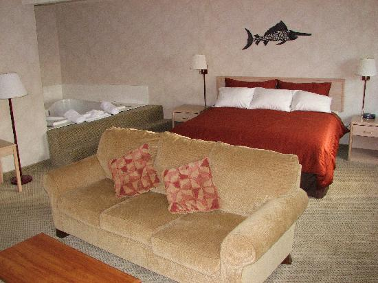 Inn at Lincoln City: King Jacuzzi Spa Suite