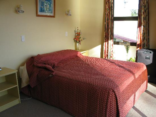 Edgewater Motel: Main bedroom