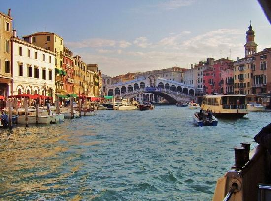 City of Venice, Italien: An active Ponte di Rialto crosses the busy Grand Canal.