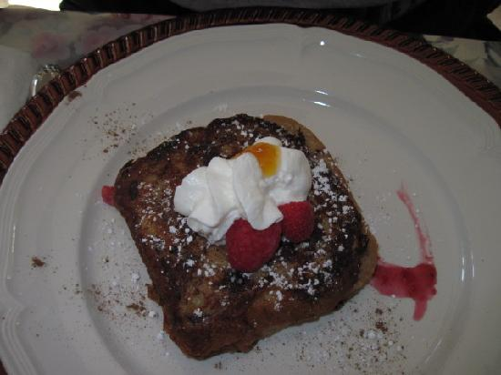 Butler Creek Hot Tubs and Suites Bed and Breakfast: Raspberry and Cream Cheese Stuffed French Toast Day 1