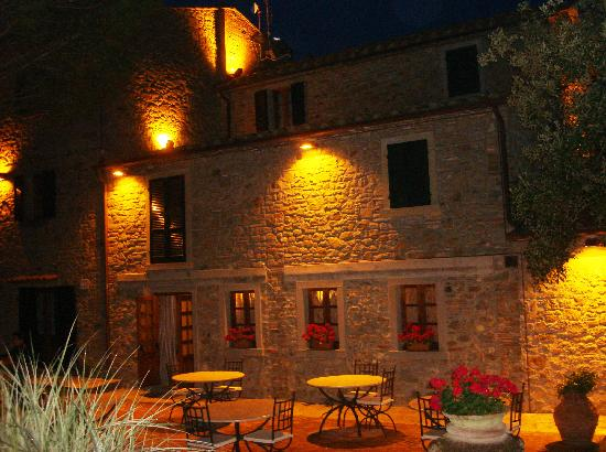 Relais La Corte dei Papi: Hotel by night