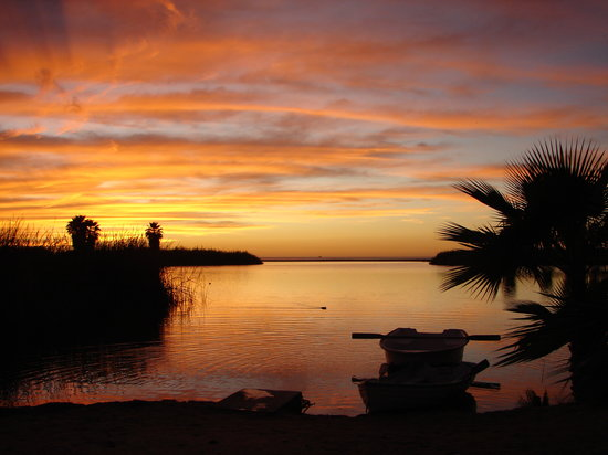 Todos Santos, Mexico: Sunset row across the lagoon
